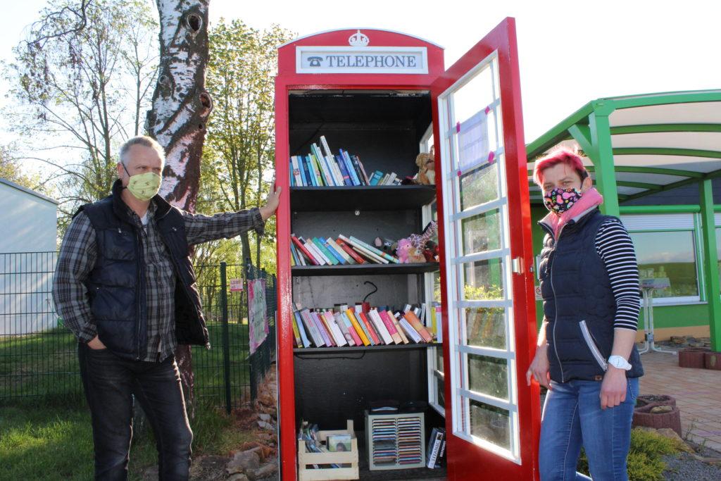 Ingo Stempel und Juliane Pohl neben der Telefonzelle.